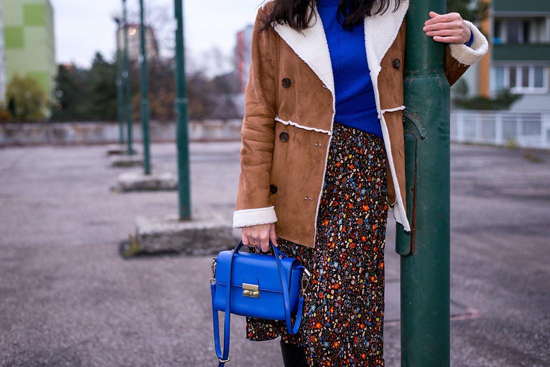 V NOWOM TARGU A SEMIŠOVÁ BUNDA NIELEN PRE BLOGERKU_Katharina-fashion is beautiful blog 15_Kvetovaná plisovaná sukňa_Kabelka JEJ_Katarína Jakubčová_Fashion blogerka
