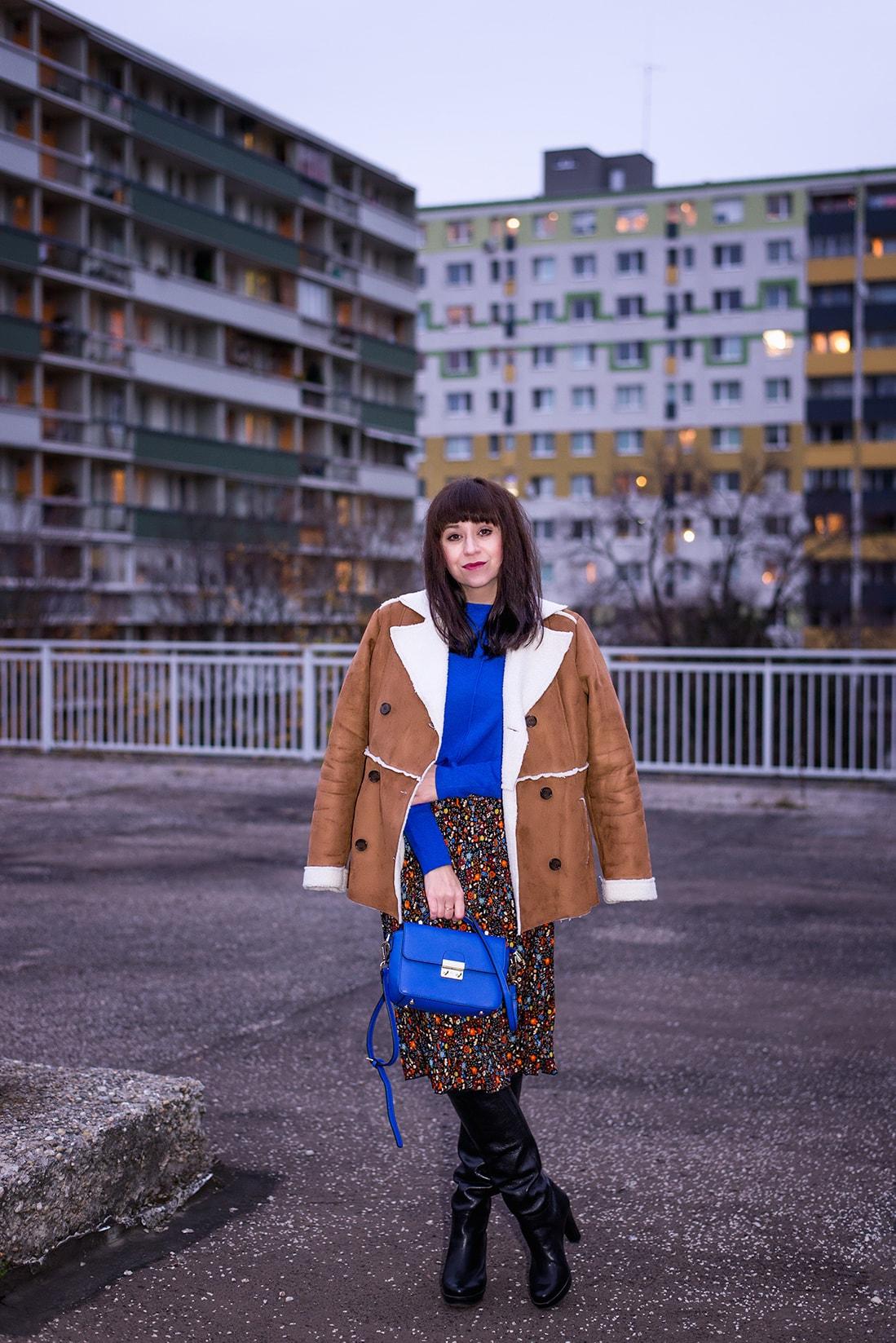 V NOWOM TARGU A SEMIŠOVÁ BUNDA NIELEN PRE BLOGERKU_Katharina-fashion is beautiful blog 18_Kvetovaná plisovaná sukňa_Kabelka JEJ_Katarína Jakubčová_Fashion blogerka