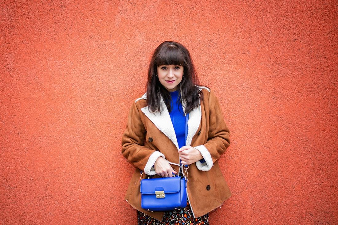 V NOWOM TARGU A SEMIŠOVÁ BUNDA NIELEN PRE BLOGERKU_Katharina-fashion is beautiful blog 2_Kvetovaná plisovaná sukňa_Kabelka JEJ_Katarína Jakubčová_Fashion blogerka