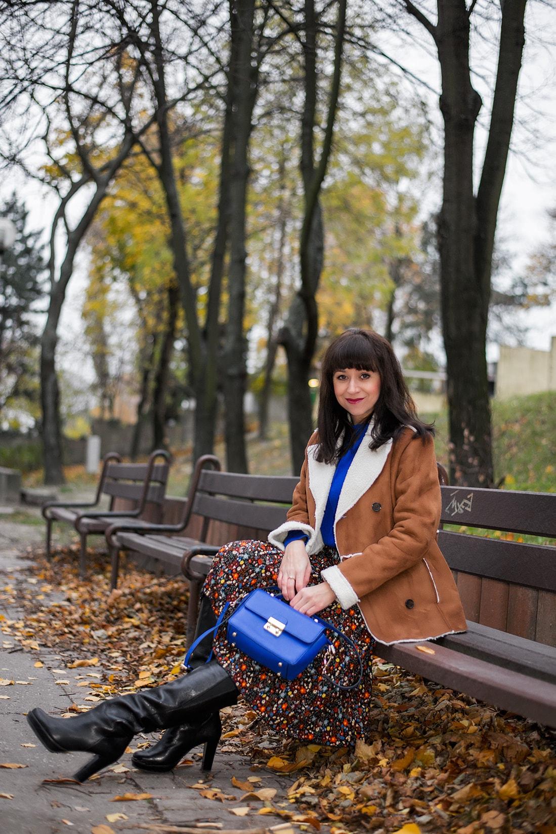 V NOWOM TARGU A SEMIŠOVÁ BUNDA NIELEN PRE BLOGERKU_Katharina-fashion is beautiful blog 5_Kvetovaná plisovaná sukňa_Kabelka JEJ_Katarína Jakubčová_Fashion blogerka
