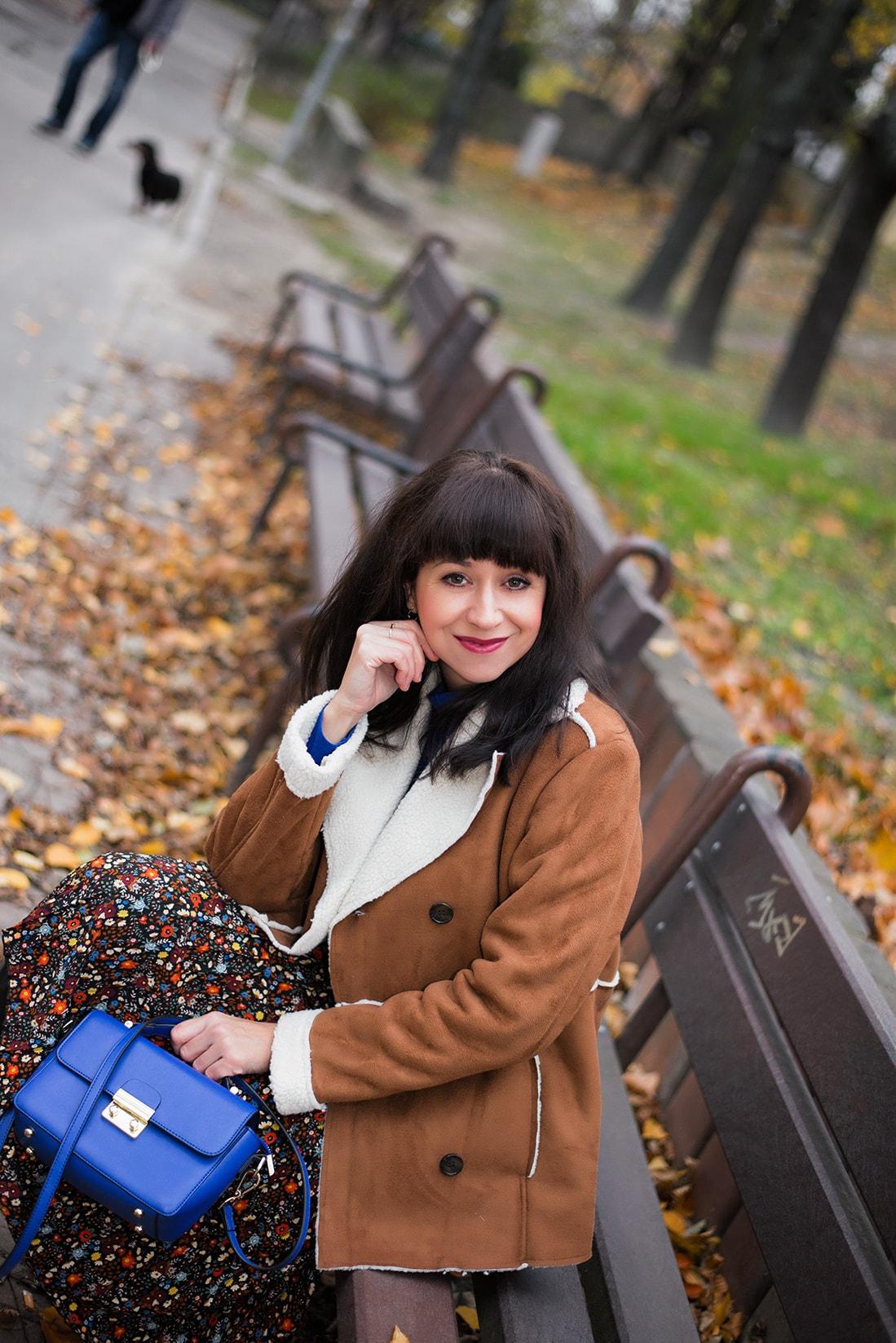 V NOWOM TARGU A SEMIŠOVÁ BUNDA NIELEN PRE BLOGERKU_Katharina-fashion is beautiful blog 6_Kvetovaná plisovaná sukňa_Kabelka JEJ_Katarína Jakubčová_Fashion blogerka