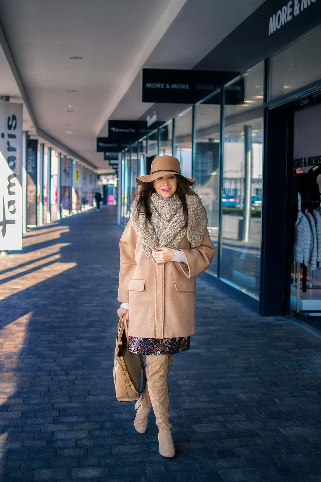 NADKOLENNÉ ČIŽMY. POTREBUJEŠ POČUŤ EŠTE VIAC?_Katharine-fashion is beautiful_blog 1_Béžový kabát Mango_Béžová kabelka Parfois_Béžové čižmy_Katarína Jakubčová_Fashion blogerka