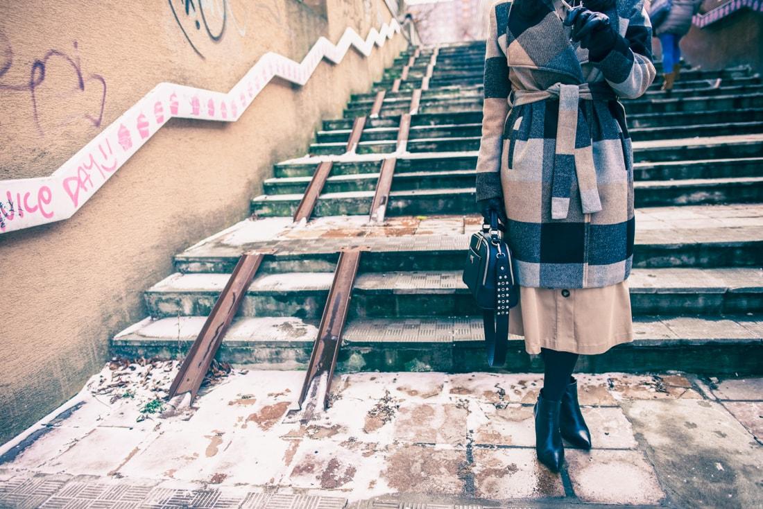 BIZNIS LOOK ALEBO NIKDY NEČAKAJTE VIAC_Katharine-fashion is beautiful_blog 18 1a_Károvaný kabát Bonprix_Strom_Katarína Jakubčová_Fashion blogerka