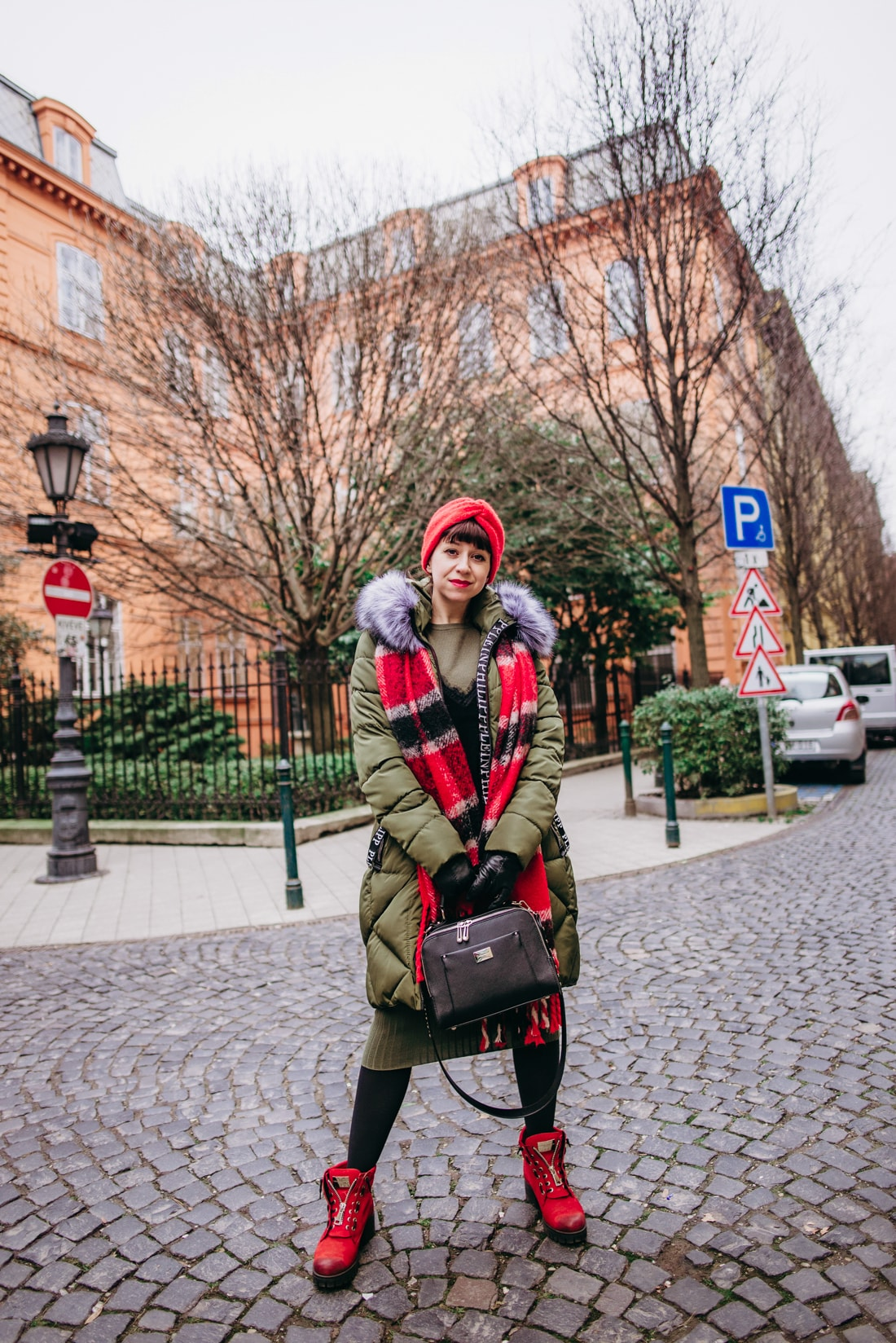 BUDAPEŠŤ BUDETE MILOVAŤ_Katharine-fashion is beautiful_blog 3_červená čelenka Zara_Sveter Vero Moda_Cestovanie_Katarína Jakubčová_Módna blogerka