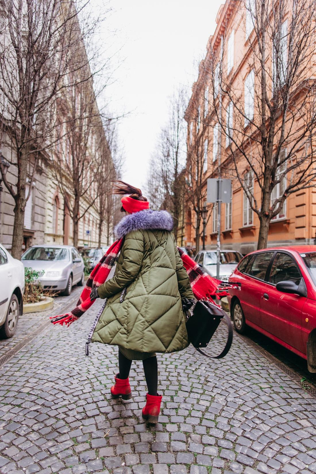 BUDAPEŠŤ BUDETE MILOVAŤ_Katharine-fashion is beautiful_blog 6_červená čelenka Zara_červené čižmy Carinii_Cestovanie_Katarína Jakubčová_Módna blogerka
