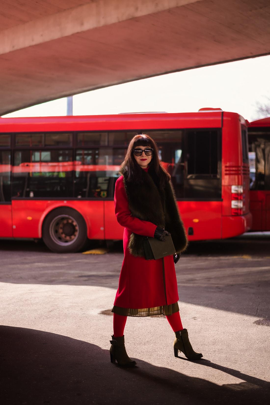 KOŽUŠINA. TAJOMSTVO ÚSPECHU ODHALENÉ._Katharine-fashion is beautiful_blog 12_Červený kabát Zara_Plisovaná sukňa_BUS_Katarína Jakubčová_Fashion blogerka