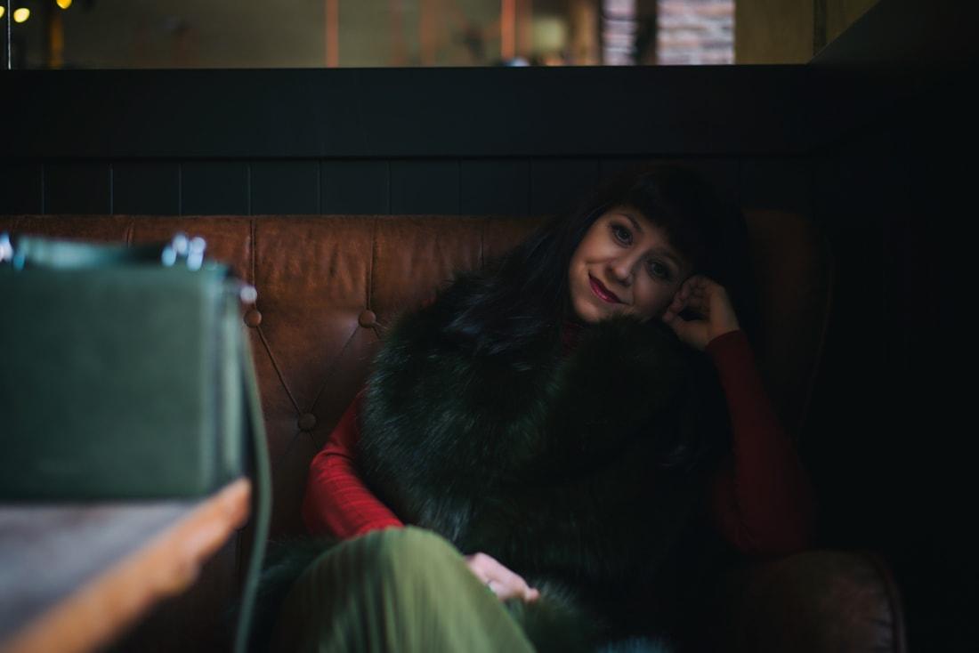 KOŽUŠINA. TAJOMSTVO ÚSPECHU ODHALENÉ._Katharine-fashion is beautiful_blog 17_Červený kabát Zara_Plisovaná sukňa_BUS_Katarína Jakubčová_Fashion blogerka