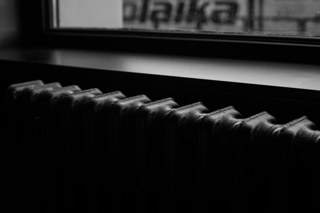KOŽUŠINA. TAJOMSTVO ÚSPECHU ODHALENÉ._Katharine-fashion is beautiful_blog 23_Červený kabát Zara_Plisovaná sukňa_BUS_Katarína Jakubčová_Fashion blogerka