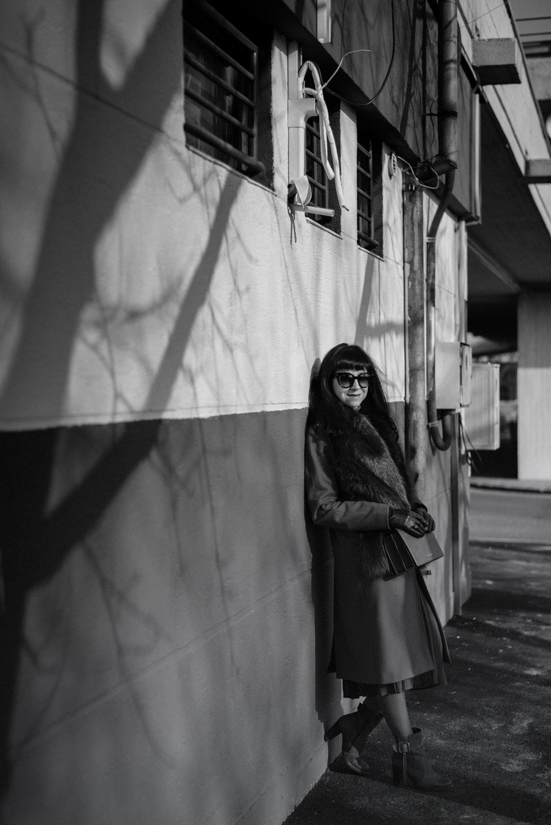 KOŽUŠINA. TAJOMSTVO ÚSPECHU ODHALENÉ._Katharine-fashion is beautiful_blog 3_Červený kabát Zara_Plisovaná sukňa_BUS_Katarína Jakubčová_Fashion blogerka