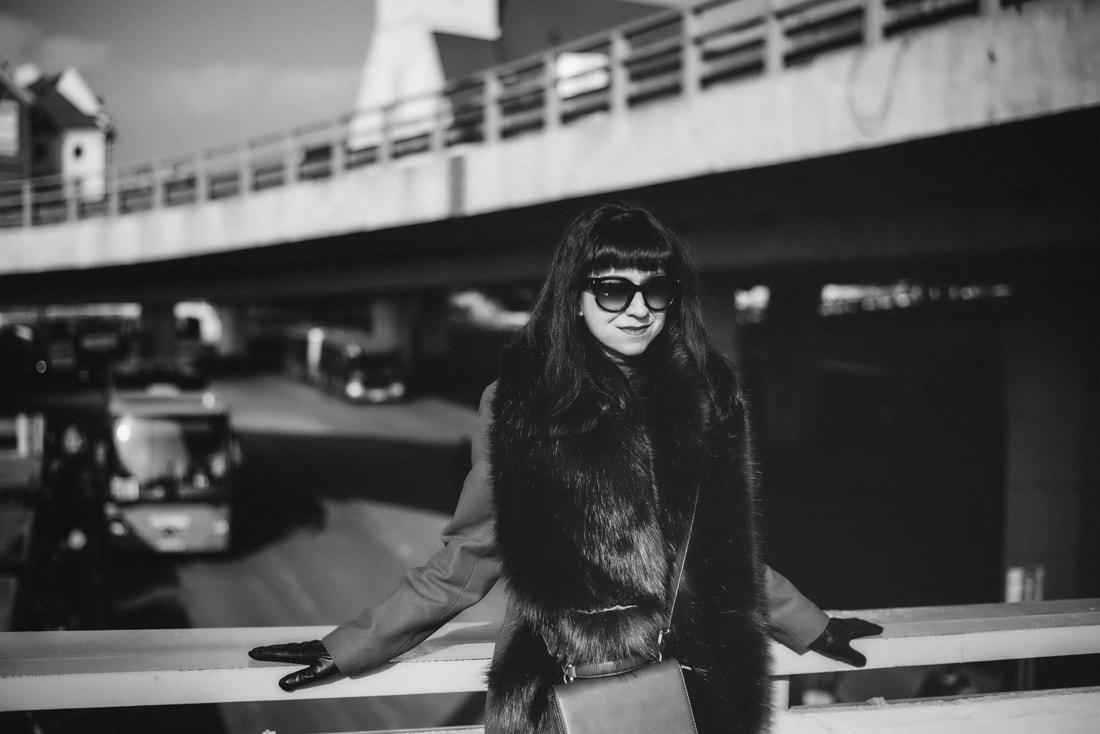 KOŽUŠINA. TAJOMSTVO ÚSPECHU ODHALENÉ._Katharine-fashion is beautiful_blog 4_Červený kabát Zara_Plisovaná sukňa_BUS_Katarína Jakubčová_Fashion blogerka