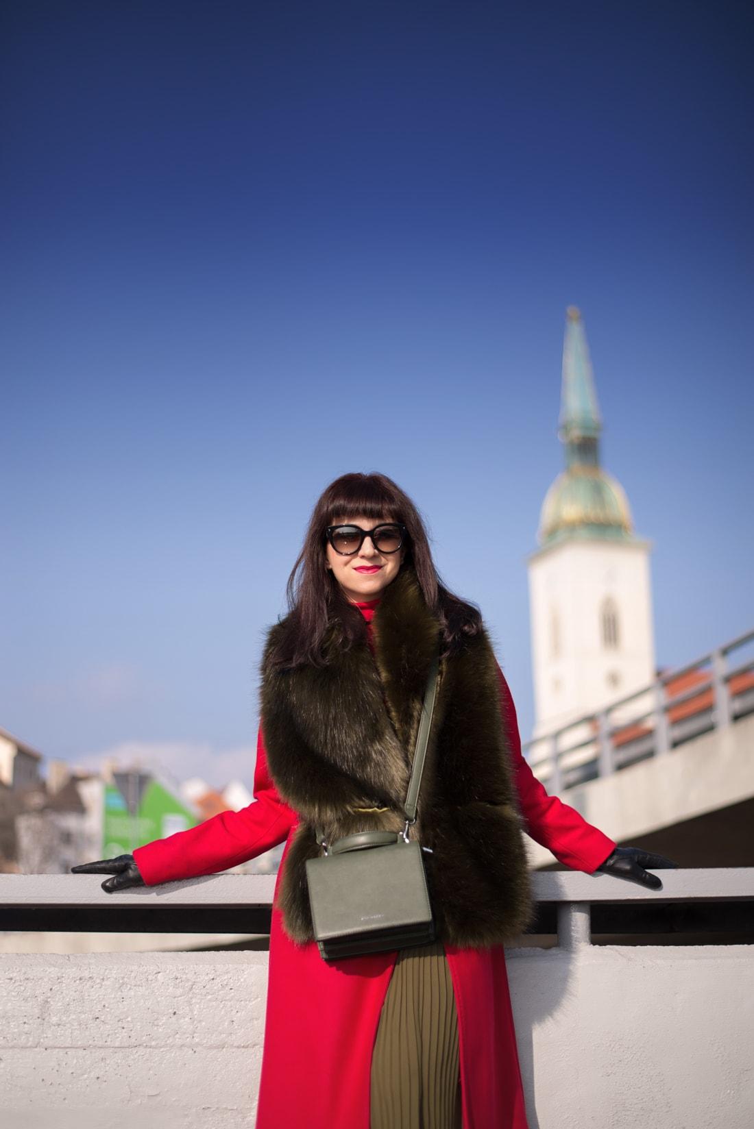 KOŽUŠINA. TAJOMSTVO ÚSPECHU ODHALENÉ._Katharine-fashion is beautiful_blog 5_Červený kabát Zara_Plisovaná sukňa_BUS_Katarína Jakubčová_Fashion blogerka