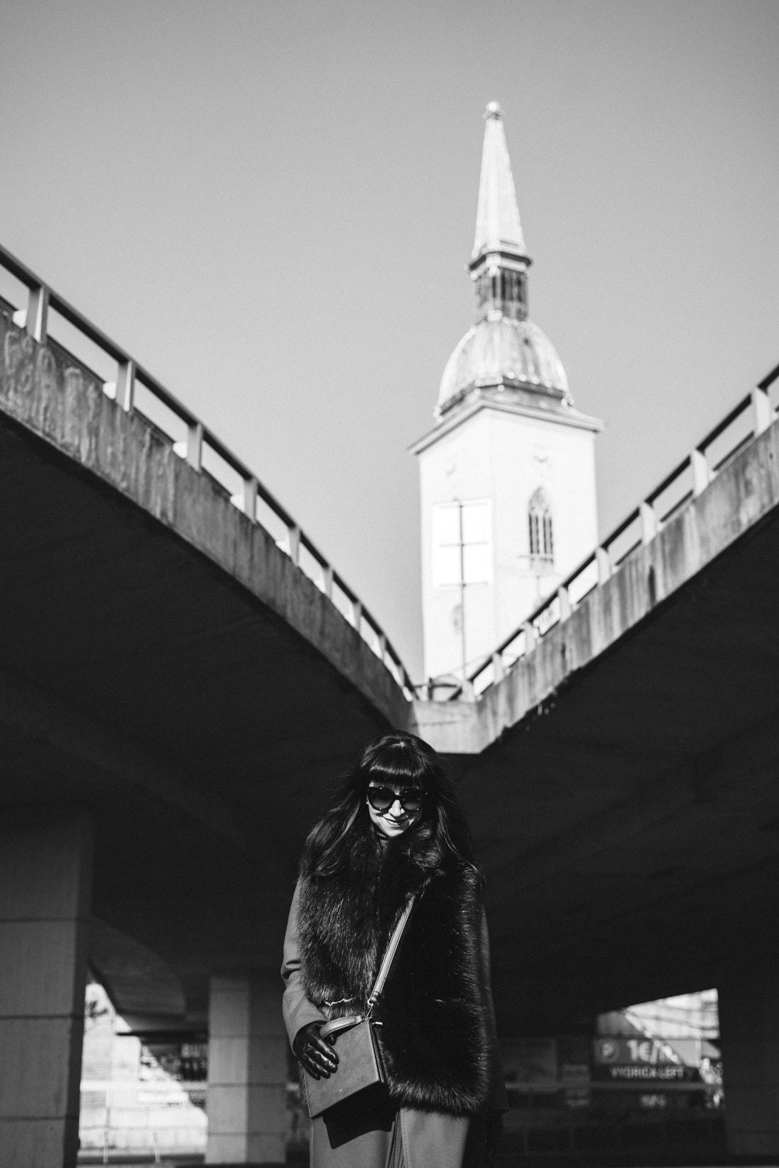 KOŽUŠINA. TAJOMSTVO ÚSPECHU ODHALENÉ._Katharine-fashion is beautiful_blog 7_Červený kabát Zara_Plisovaná sukňa_BUS_Katarína Jakubčová_Fashion blogerka