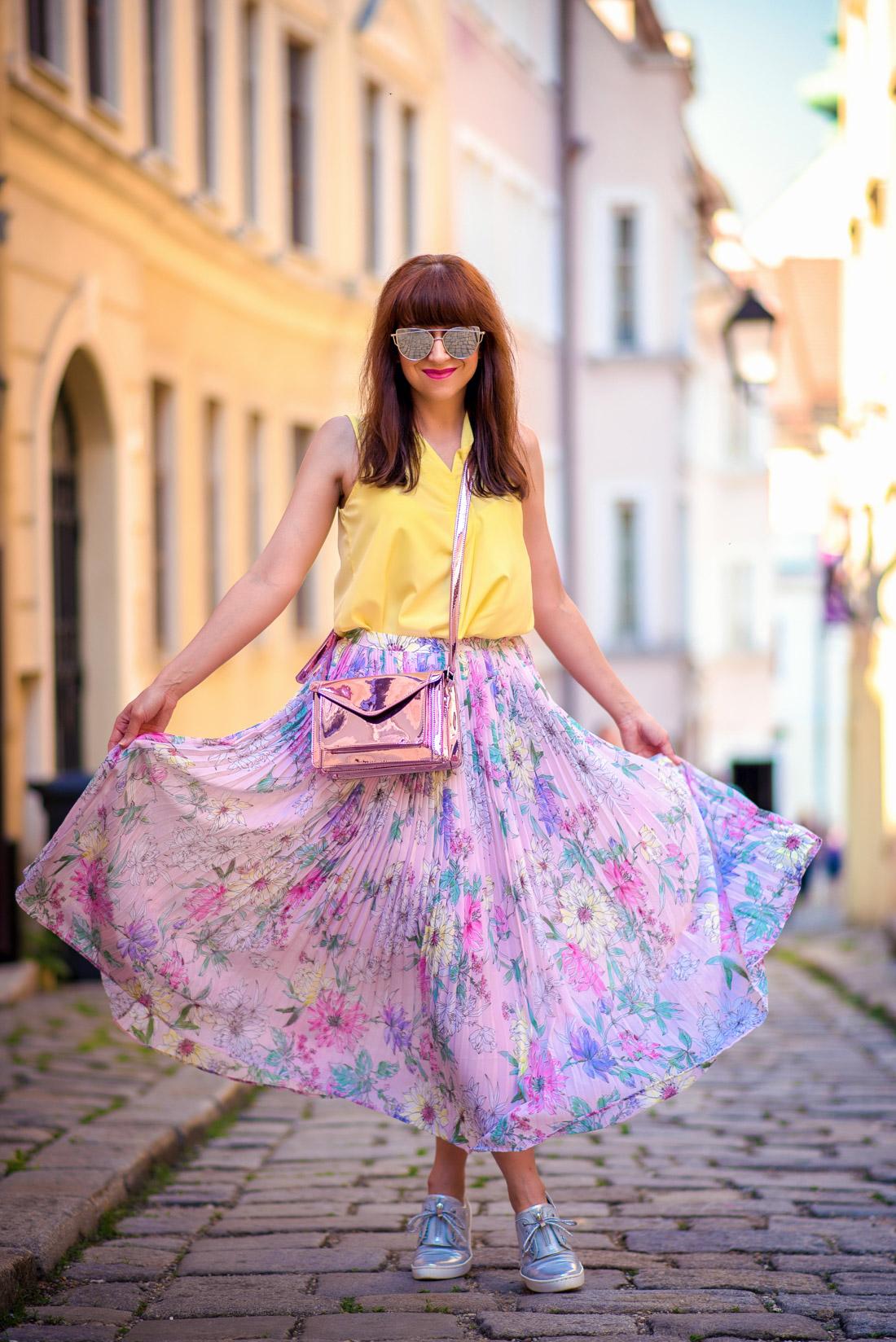SUKŇA, KTORÁ VÁM VYRAZÍ DYCH_Katharine-fashion is beautiful_blog 14_Kvetinová plisovaná sukňa_Pastelové farby_Kabelka od Answear_Katarína Jakubčová_Fashion blogerka