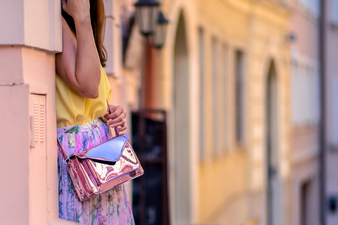 SUKŇA, KTORÁ VÁM VYRAZÍ DYCH_Katharine-fashion is beautiful_blog 15_Kvetinová plisovaná sukňa_Pastelové farby_Kabelka od Answear_Katarína Jakubčová_Fashion blogerka